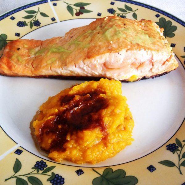 De quando em vez, como hoje, almoço só para mim. O que temos na geladeira? Uma bela fatia de salmão, ebaaa! Molhinho de wasabi e purê. Para que mais?